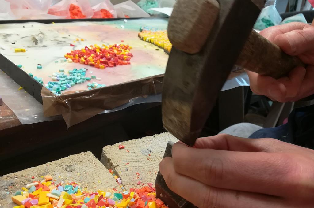 tagliare tessere con martellina